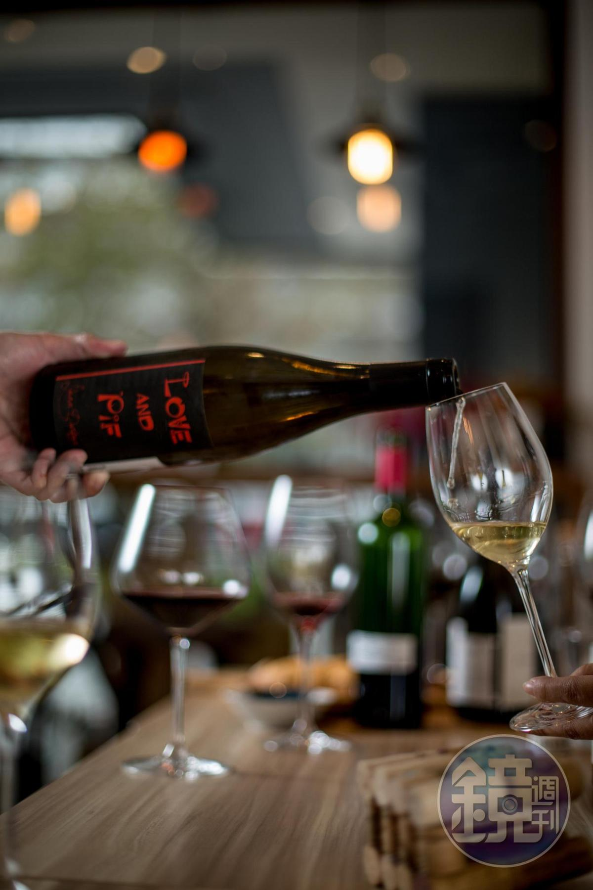 「Recrue des Sens, Love & Pif, Burgundy France, 2015 」是不加二氧化硫的自然酒,帶微氣泡,入口輕盈。(1,950元/瓶)