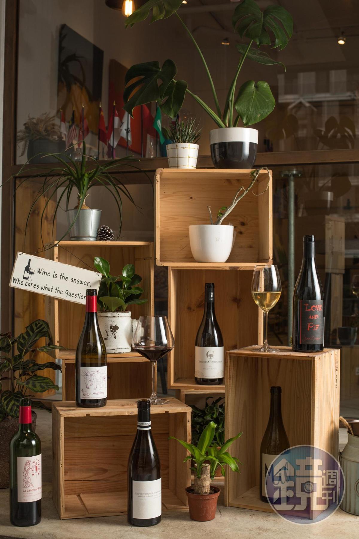 「50/45 Winehaus」創辦人暨店長陳笑軒認為,當人們越來越重視餐桌上的食物來源是否對環境友善,對健康有益時,挑選種植不施藥及釀造無添加的自然酒也是飲酒趨勢。