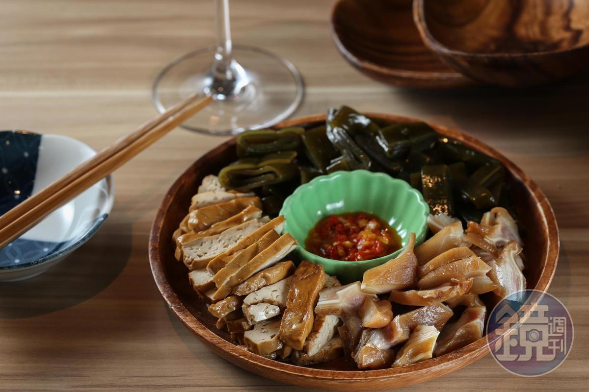市場阿婆手工製作的「滷味拼盤」甘香涮嘴,要留意附上的辣椒醬香辣、爆發力十足。(180元/份)
