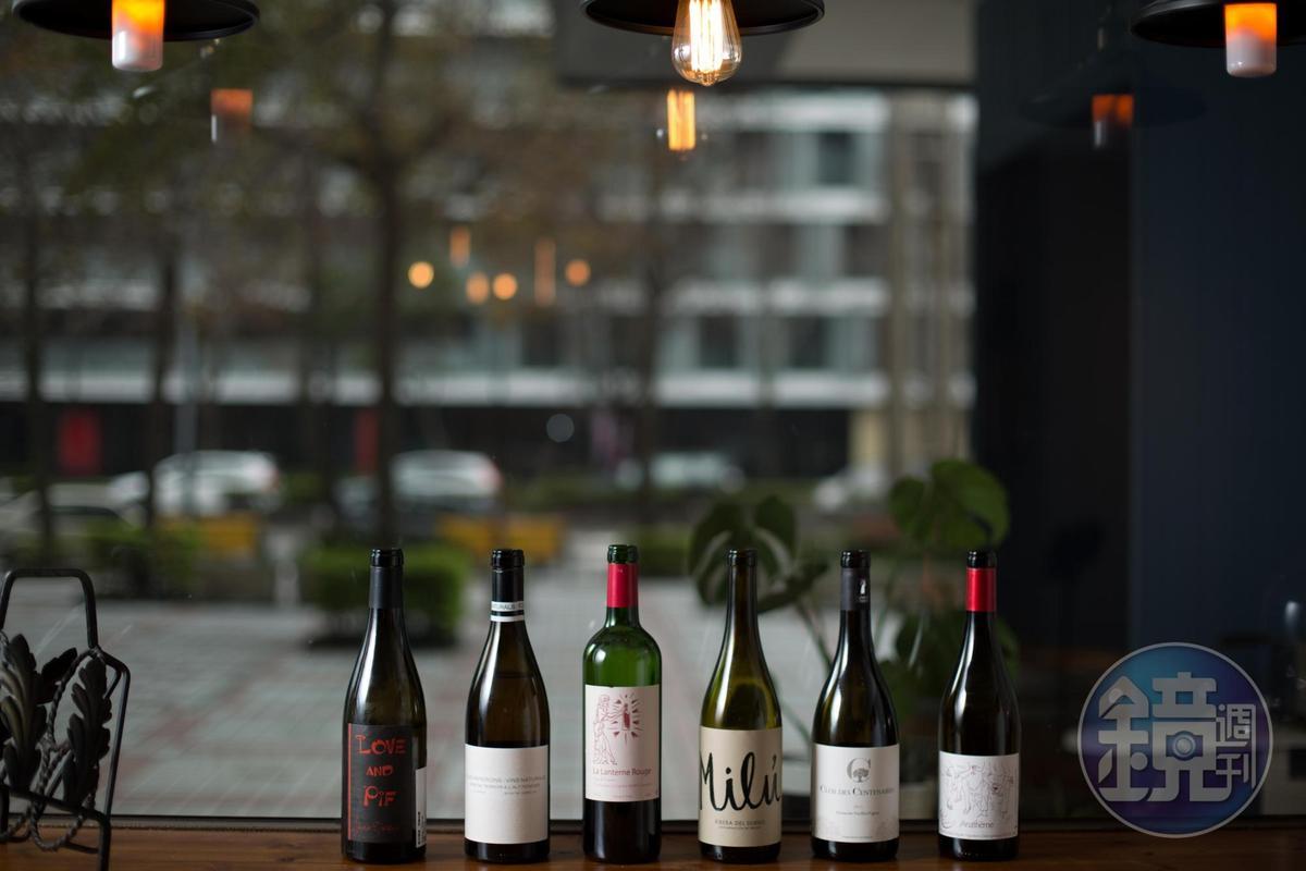 「50/45 Winehaus」供應單杯、全瓶或半瓶的紅白酒,店裡最主要的特色是你可以用不到原價一半的價格買走半瓶酒。