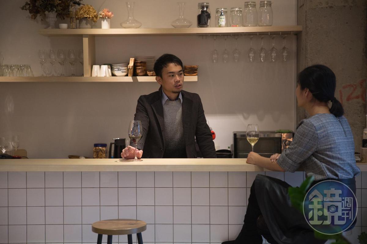 大男孩似的「50/45 Winehaus」創辦人暨店長陳笑軒(Alex)溫暖細心,讓來此的客人容易放鬆喝個幾杯,如果客人不想說話,他不打擾人,客人想求問葡萄酒資訊,他也使命必達。