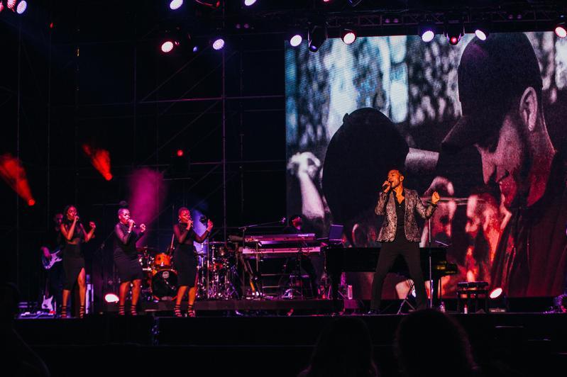 約翰傳奇(John Legend)於19日在台北南港3C停車場戶外開唱,天公作美讓情歌更添韻味。(大方娛樂提供)