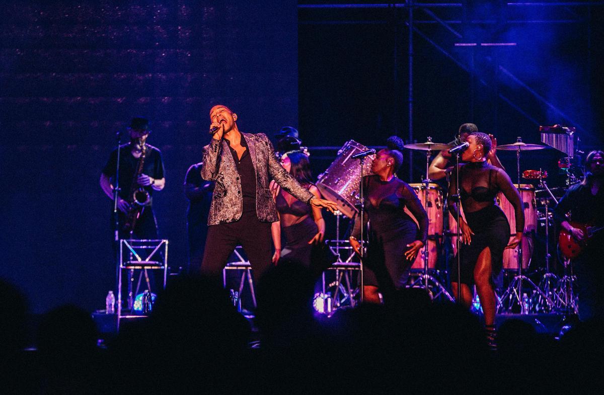 約翰傳奇開場演唱〈I Know Better〉,接著多首新歌及經典輪番現身,讓歌迷跟著大合唱。