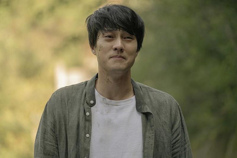 暖男蘇志燮在《雨妳再次相遇》中,飾演溫柔多情的單親爸爸。(車庫娛樂提供)