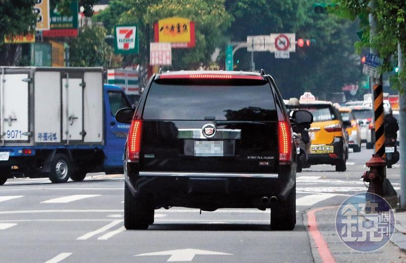 好久沒在台北現身的ELVA,她的車從家門開出,但似乎只有司機幫她跑腿。