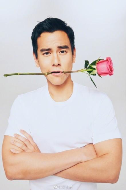 彭于宴今年情人節拿著玫瑰花祝天下有情人終成眷屬,頗有大眾情人的範兒。(翻攝彭于晏微博)