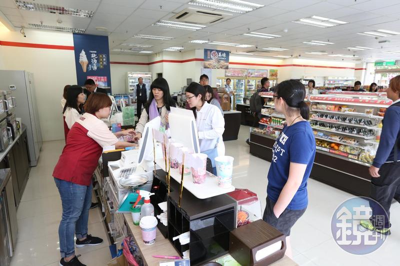 7-11宣布推出「蒸肉圓」與全家便利商店的炸雞一拚高下。