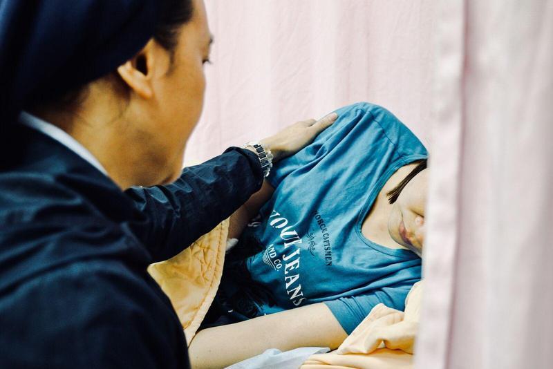 為了平復蘇氏后的情緒,移民署台東服務站專員陳允萍,特地邀請同樣來自越南、目前服務於台東聖母醫院的阮翠貞修女前往探視,希望她能恢復進食。