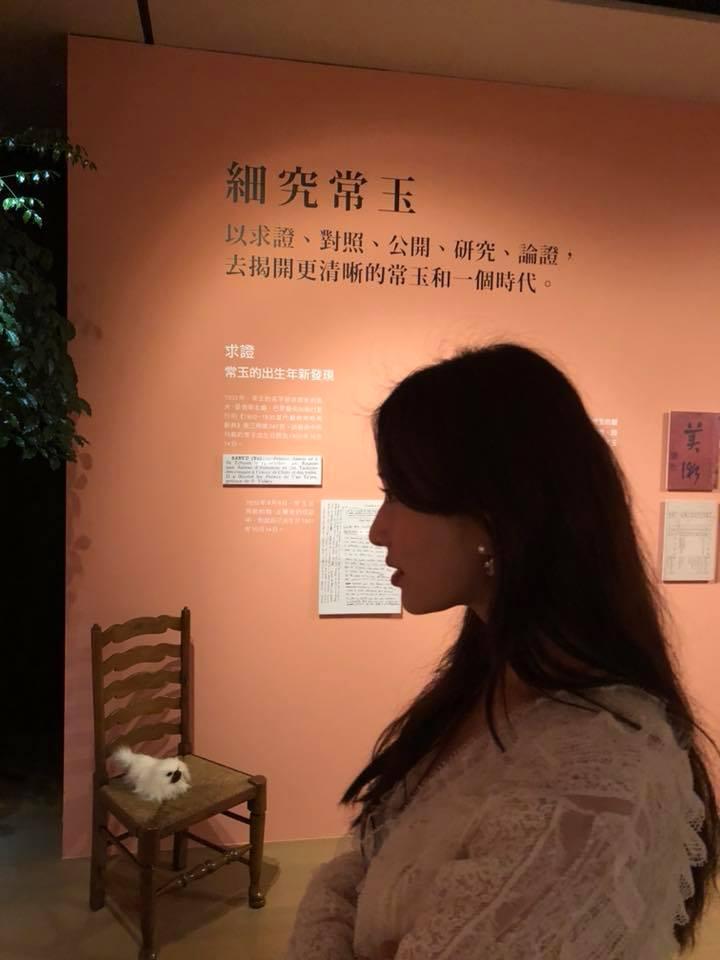 蔡康永與張小燕、林志玲一同觀看常玉展。(翻攝自蔡康永臉書)