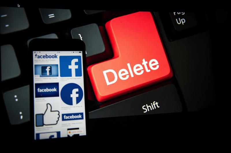 臉書爆發個資醜聞,導致臉書股票市值重挫,網路也出現了「刪除臉書」的運動。(東方IC)