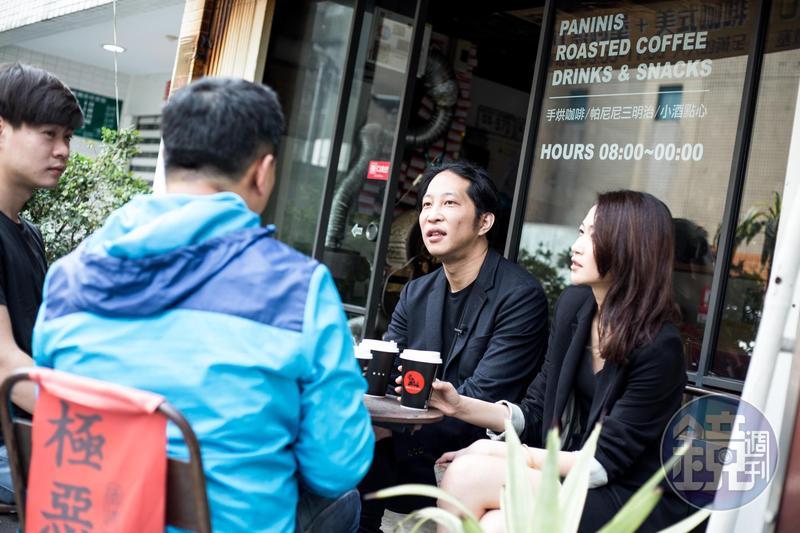 做為一家創立不到3年的年輕公司掌舵手,胡亦嘉(右2)至今仍親自面試新進員工。