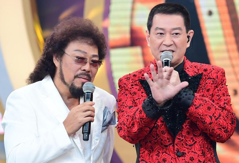 台語歌手蔡小虎上華視《綜藝菲常讚》,自爆一度沉迷玩柏青哥,共輸掉1,500萬元。(中視提供)
