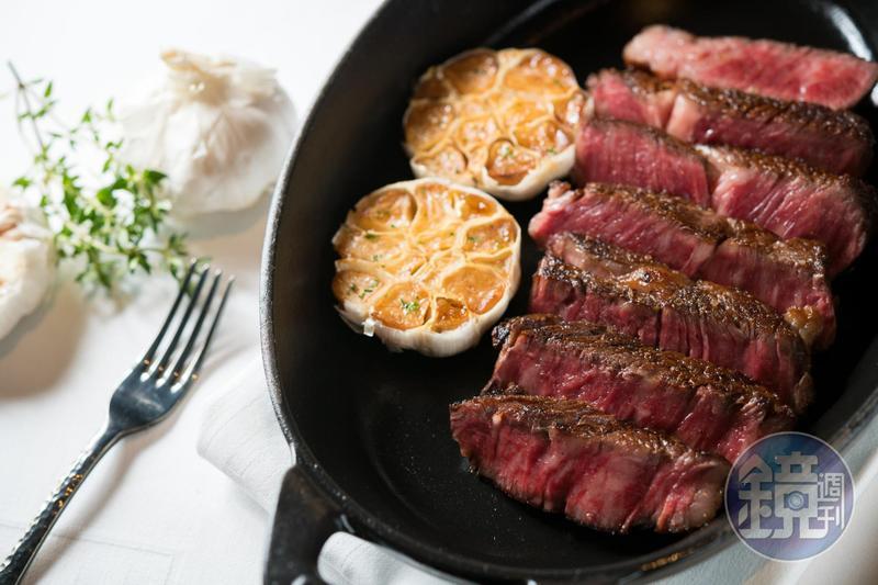 煎到外酥內嫩的「美國極黑和牛肋眼牛排」,有嚼勁、肉香十足。(5,400元/單點兩人份、340公克)