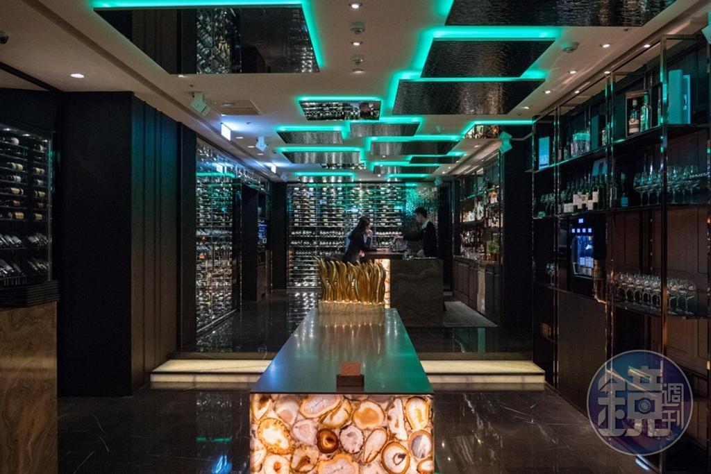 餐廳入口處增設酒吧,讓客人用餐前能來杯紅酒營造歡愉心情。