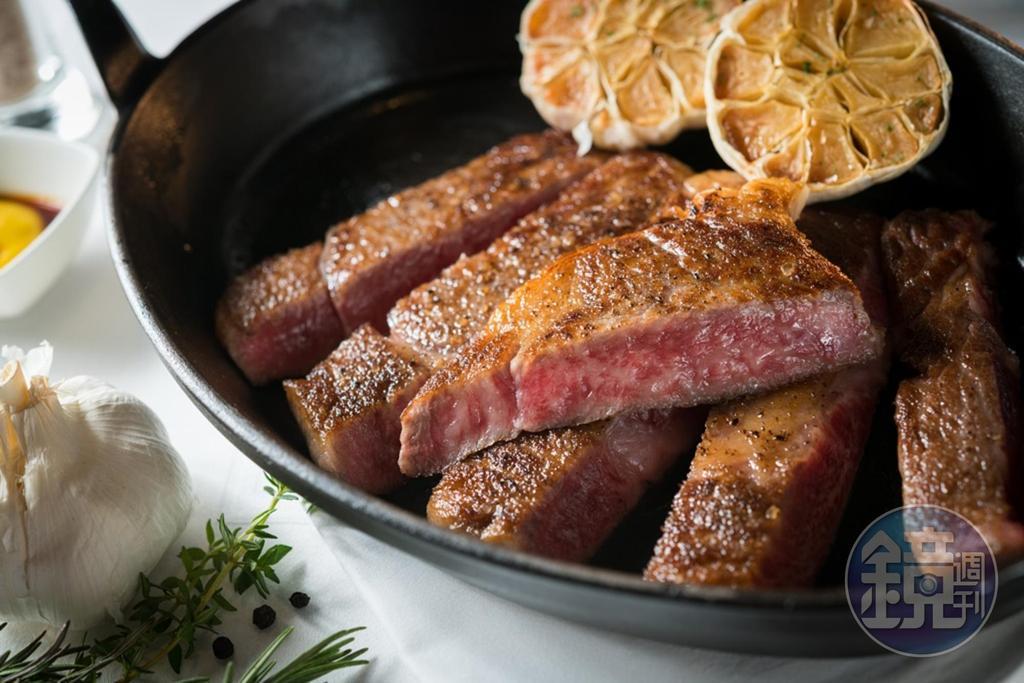 分切「日本飛驒和牛肋眼牛排」,質地有如在切奶油,滋味腴香甜嫩。(6,000元/單點兩人份、300公克)