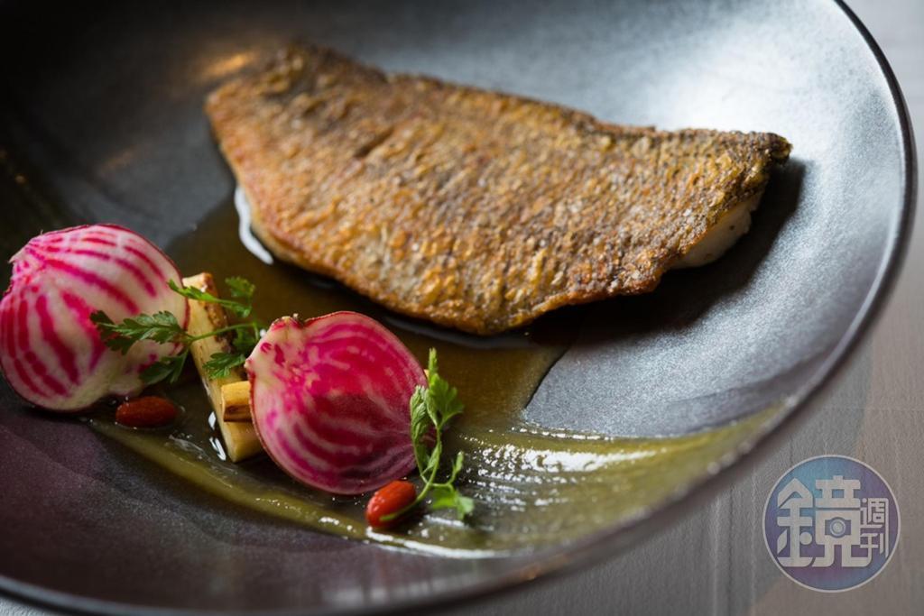 「時令鮮魚」是將澳洲寶石鱸魚煎到魚皮焦酥,搭配香菇柴魚高湯品嘗更有味。(1,000元/份)