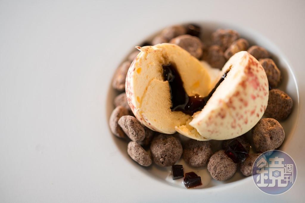 「提拉米蘇球」以白巧克力球包著馬茲卡邦餡、咖啡酒和濃縮咖啡,配手指餅乾吃,濃香不甜膩。(400元/份)