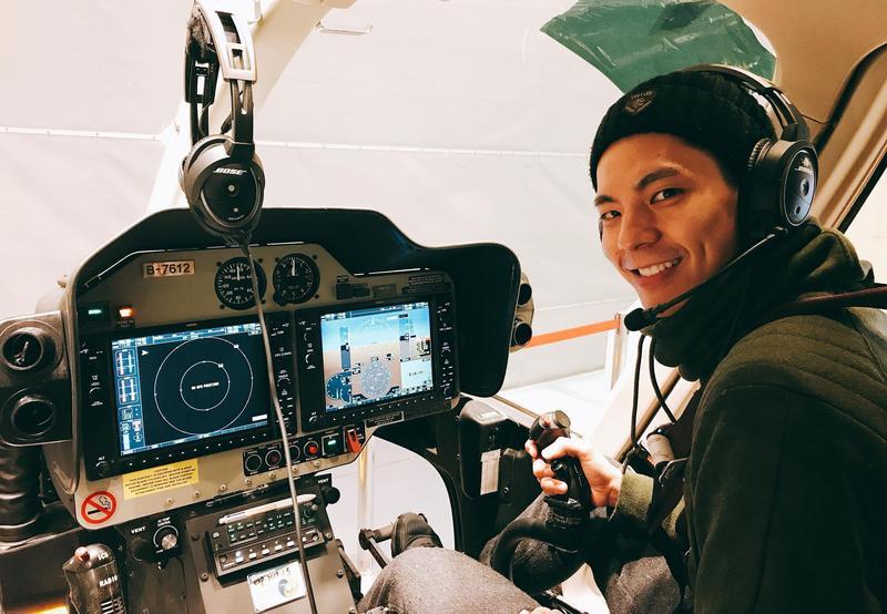 林柏宏學駕駛直升機。(周子娛樂提供)