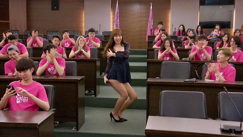 辜莞允女神魅力強,大學生爭看她的風釆。