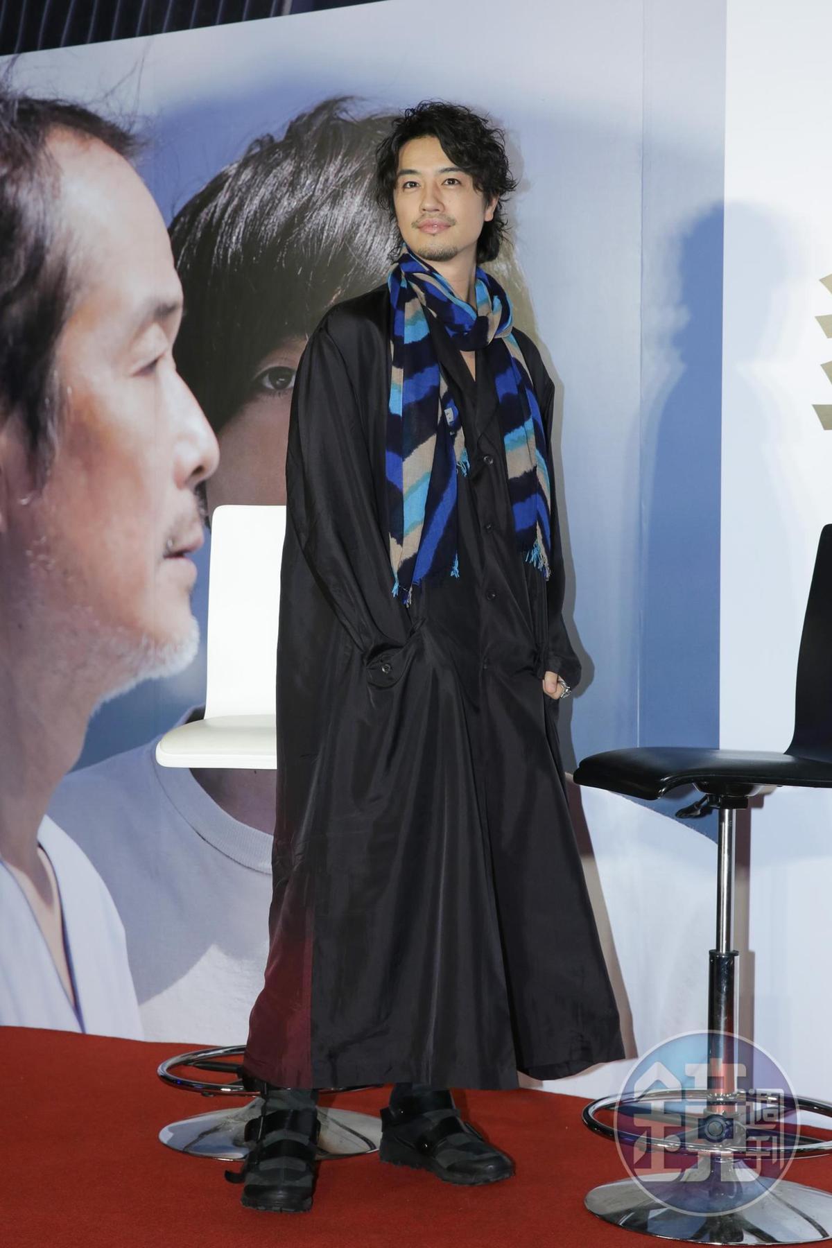 齋藤工身高184公分,雖然黑大衣罩身,仍遮掩不住模特兒出身的好身材。