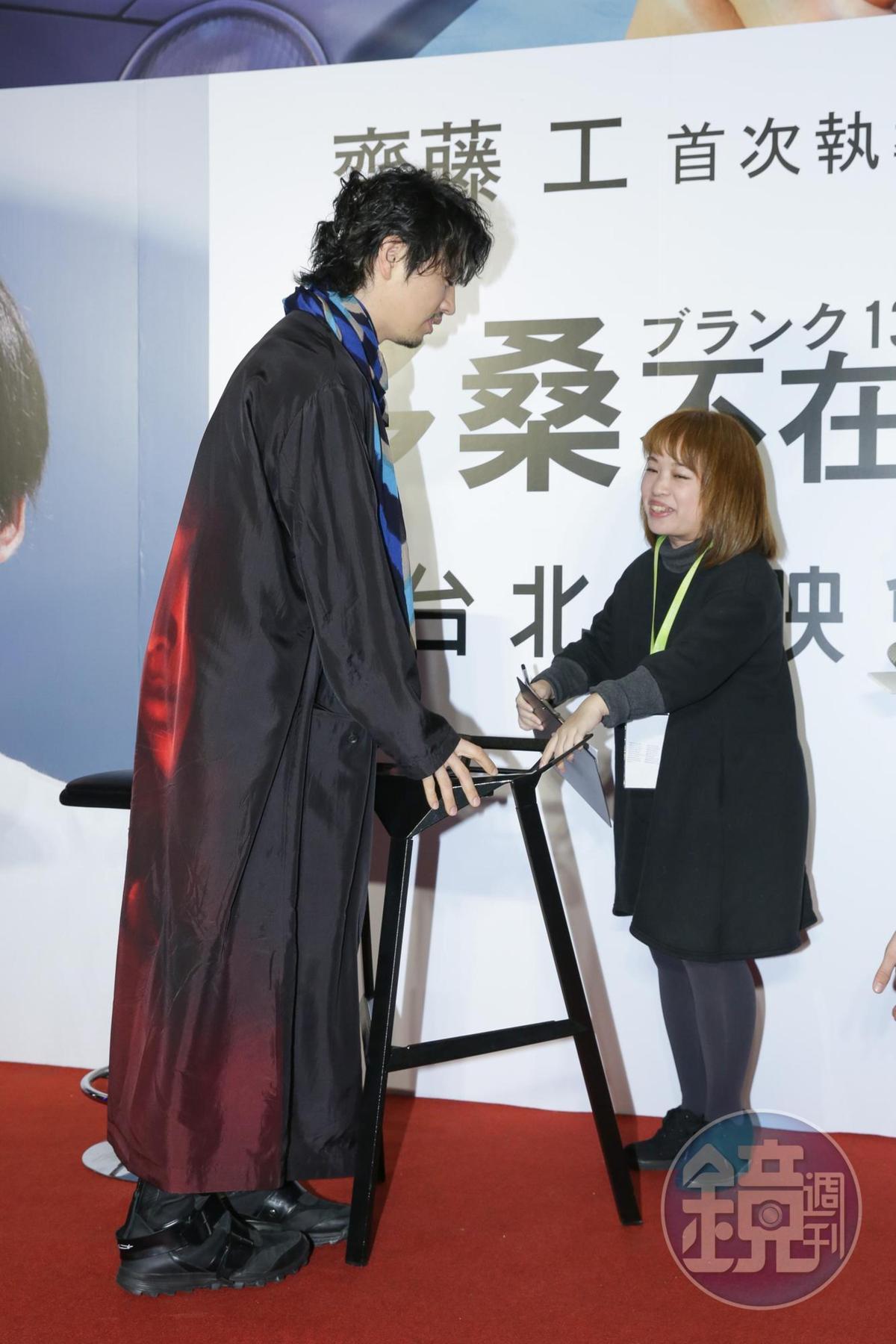 翻譯老師因座位高度無法上座,齋藤工主動將椅子搬開,一起站著進行訪問。