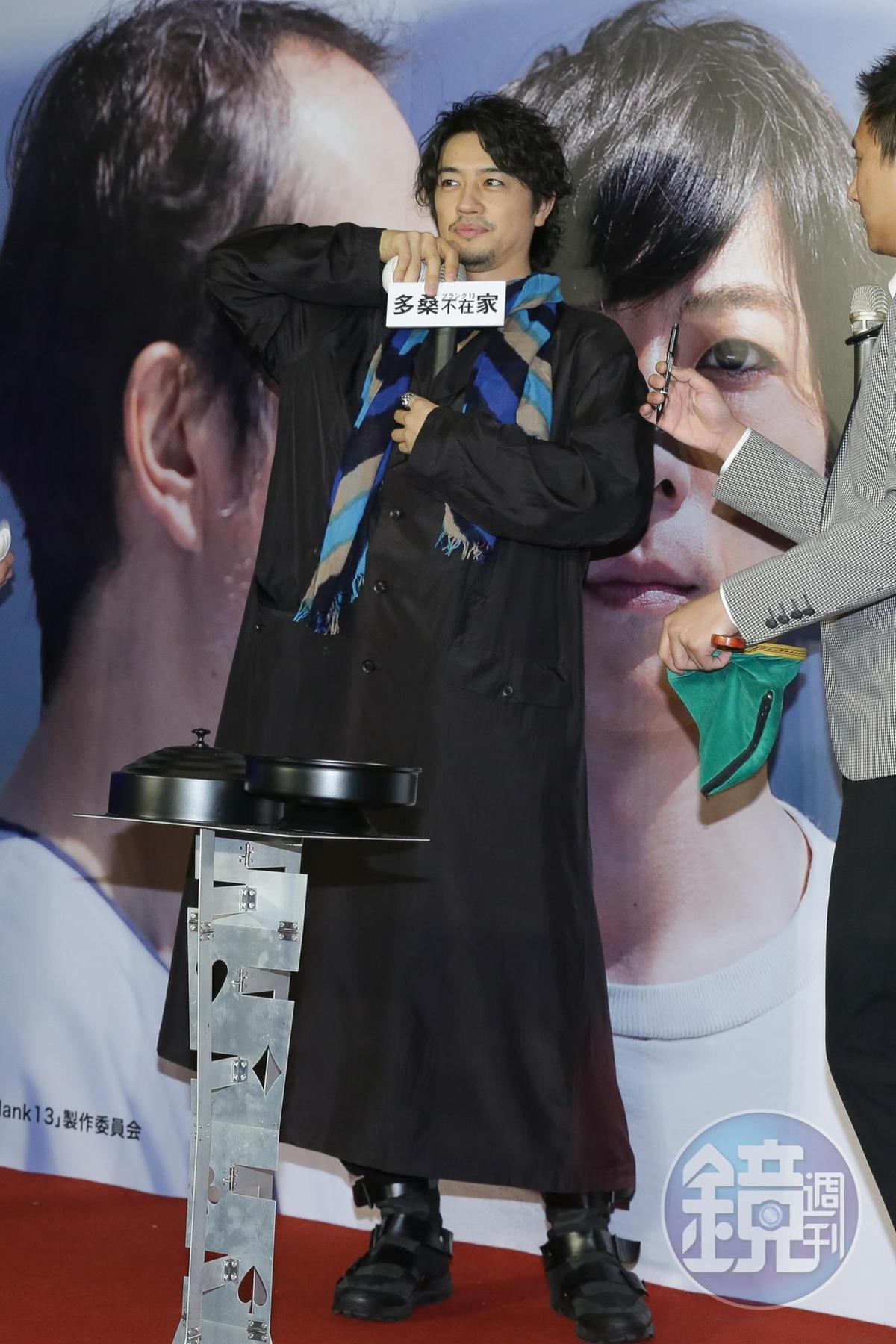 請齋藤工在棒球上簽名,他頑心一起,學魔術師將麥克風塞在胸口。