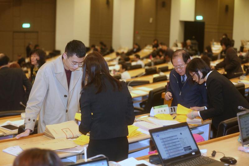 台大臨時校務會議經歷冗長討論,決定以不斷的不記名投票來決定所有爭議案。