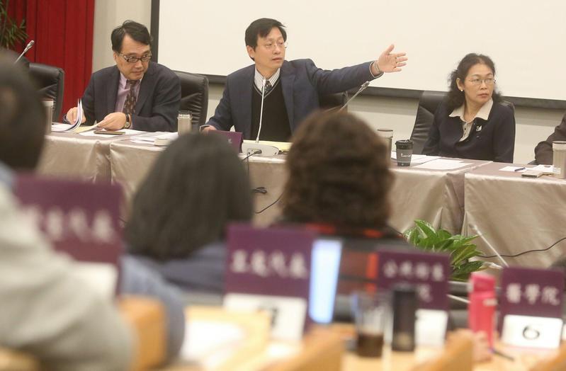 台大臨時校務會議討論管中閔相關爭議,台大調查認定管中閔赴陸未違反規定。
