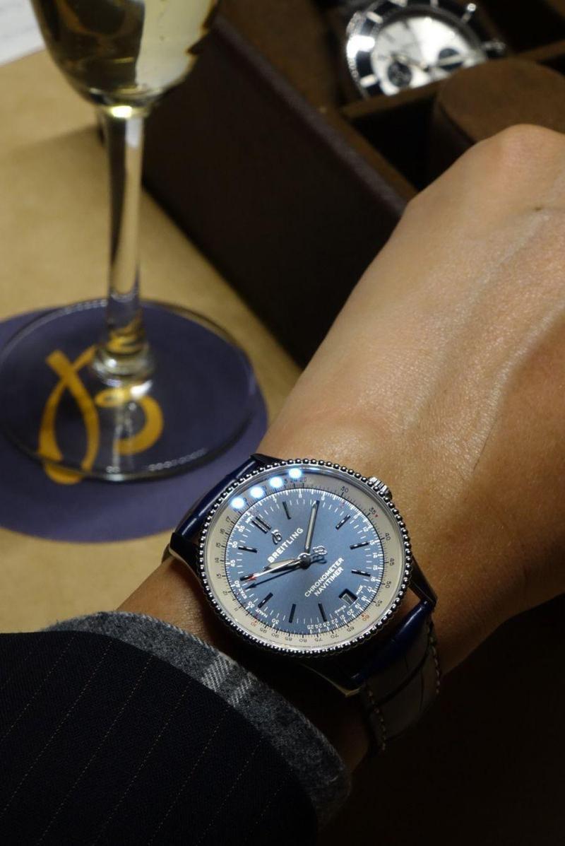 百年靈Navitimer今年推出38mm小尺寸,保留飛行滑尺,拿掉計時碼錶,讓手錶呈現全新風貌,卻又保有經典元素與飛行精神。