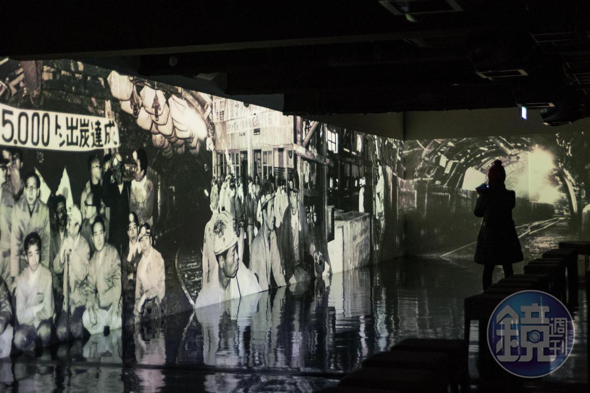 博物館以礦坑黑白流動影像呈現軍艦島場景,讓遊客感同身受。