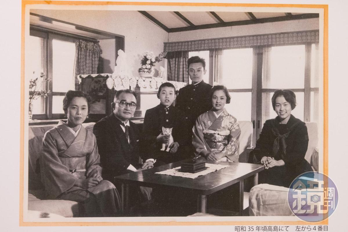 端島當年的舊照,其中的中村陽一(右三站立者),父親曾是端島炭坑長,他也曾在端島生活,後來在東京致力於島上建築的保存運動。