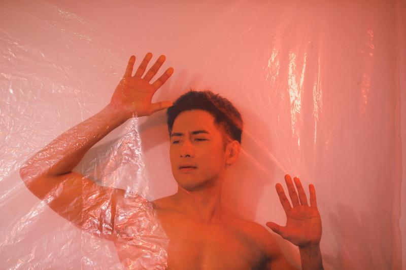 周孝安在歌手車志立新歌《孤單消防員》裡深情演出。(上行娛樂提供)