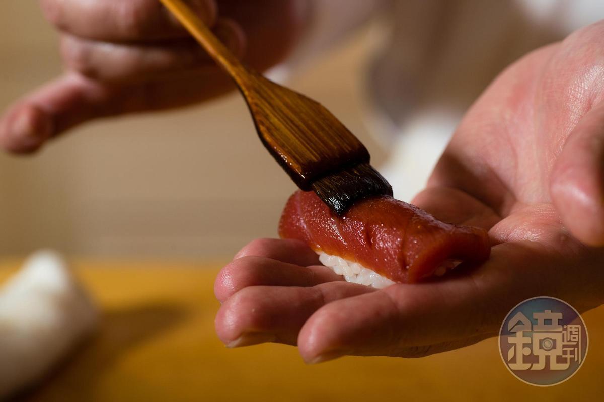 上桌前再刷上一層醬油。