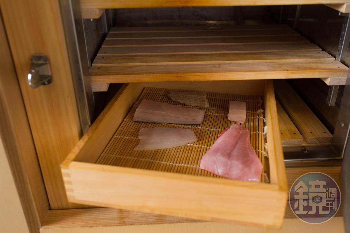 檜木訂製的不插電冰箱,僅以冰塊保冷今日5小時內需使用的食材。
