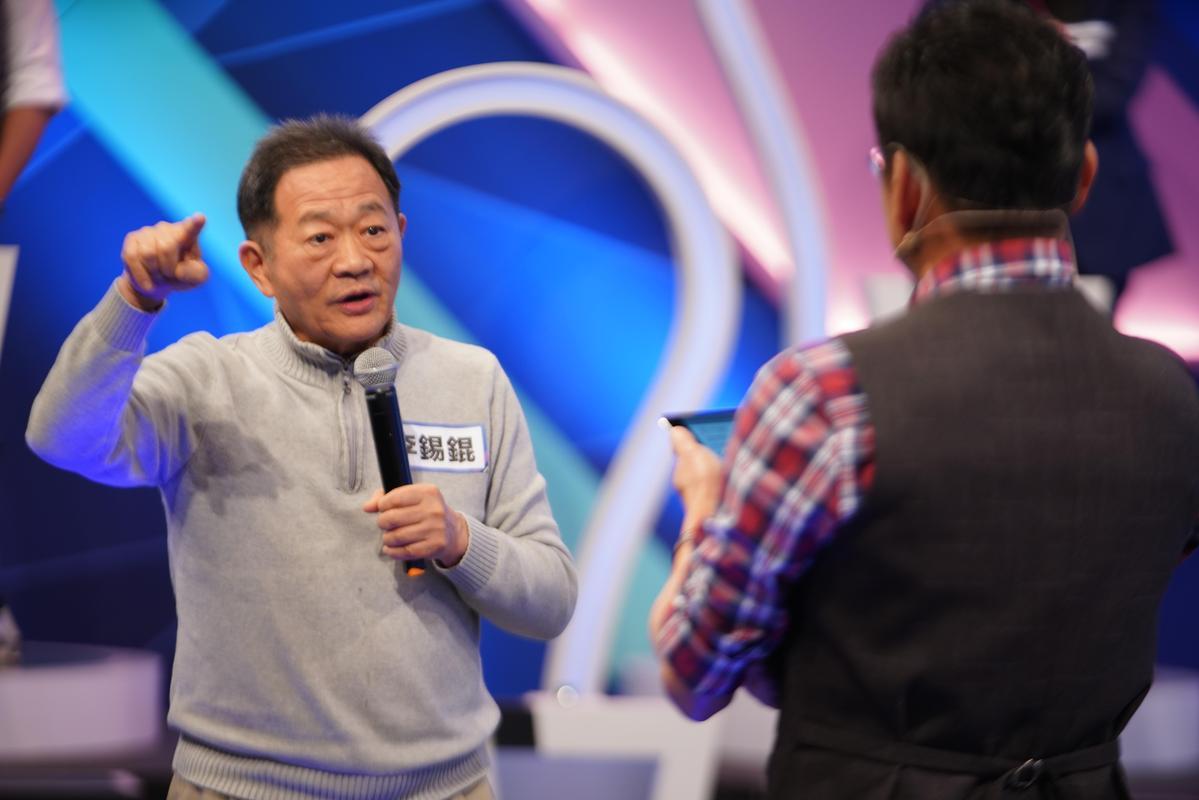 台大教授李錫錕在節目中宣布25日要正式參選台北市長,挑戰柯文哲。(17Media提供)