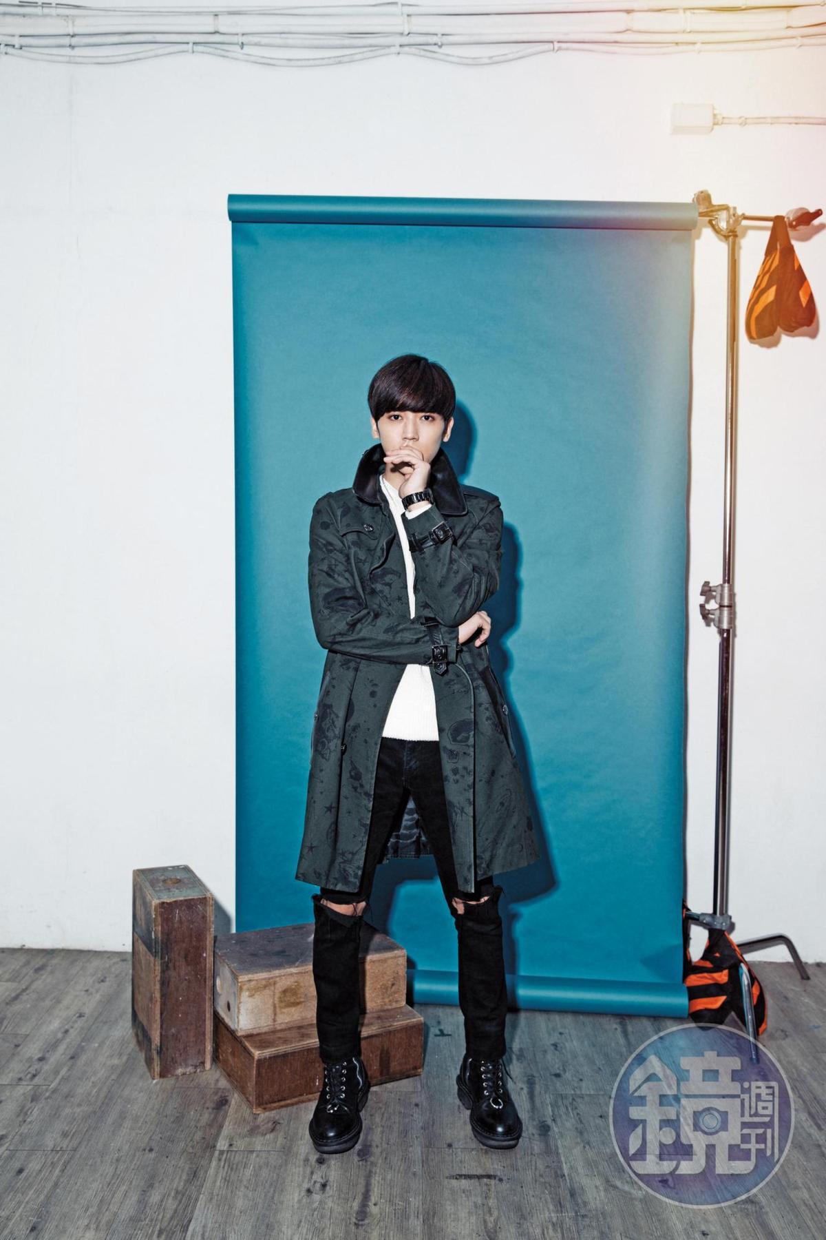 Daniel Wong風衣,約NT$29,500;ZARA白色毛衣,約NT$1,500;iD破褲,約NT$4,000;Vibram靴子,NT$25,715。
