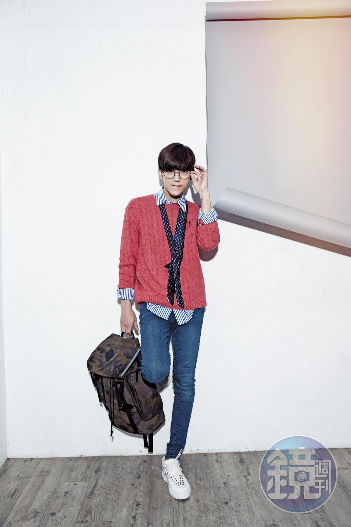 韓國買的平光眼鏡,約NT$1,000;Ralph Lauren條紋襯衫,NT$4,680;Ralph Lauren紅色毛衣,NT$4,680;媽媽的GAP牛仔褲,約NT$1,000;Ralph Lauren迷彩背包,NT$7,880;iiJin白色球鞋,廠商贈送的。