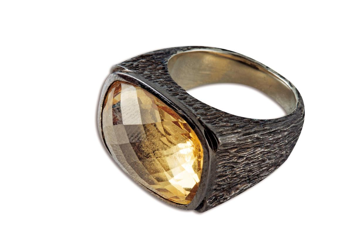 礦石戒指,老闆送的禮物。