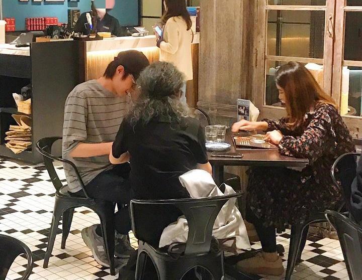 知名部落客亞美將昨到餐廳用餐,竟遇到老闆娘藍心湄親自來點餐。(翻攝「亞美將 AmiJan - 鄧莉穎」臉書)