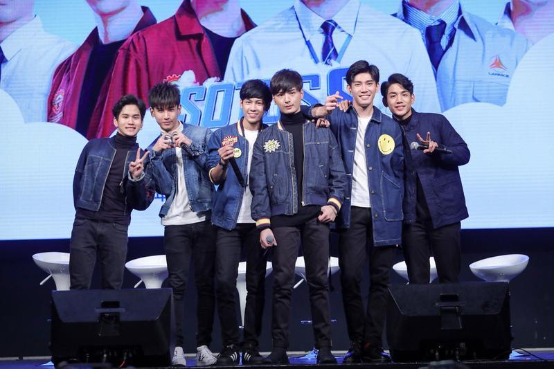 泰劇《一年生2》首次在台舉辦見面會,6名主要演員與800粉絲同樂。照片左起Fiat、Oaujun、Singto、Krist、Guy和Nammon。(佳音娛樂提供)