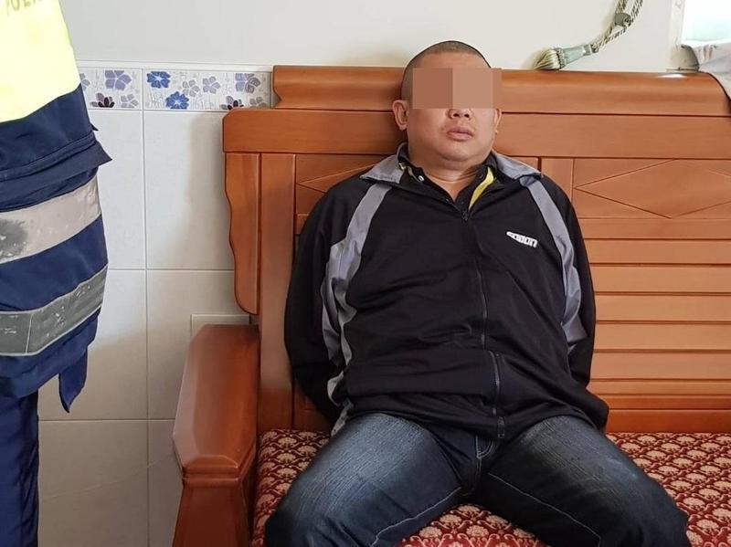 賴嫌砍斷親姊頭顱後,呆坐在客廳椅子上喃喃自語,面無表情。(警方提供)