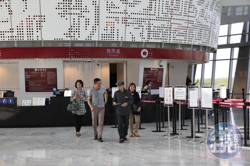地點偏遠的故宮南院人潮銳減,去年遊客不到百萬,不但無法與台北故宮相比,現又爆出BOT案解約紛爭。