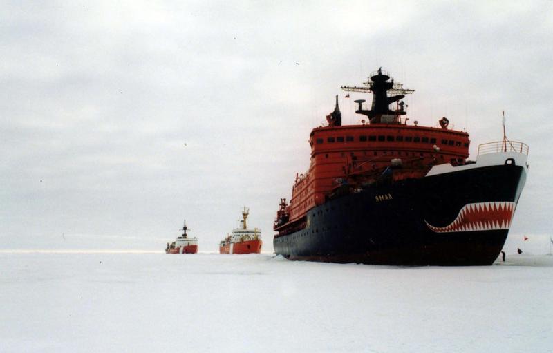 俄國破冰船在北極冰洋上航行。(東方IC)