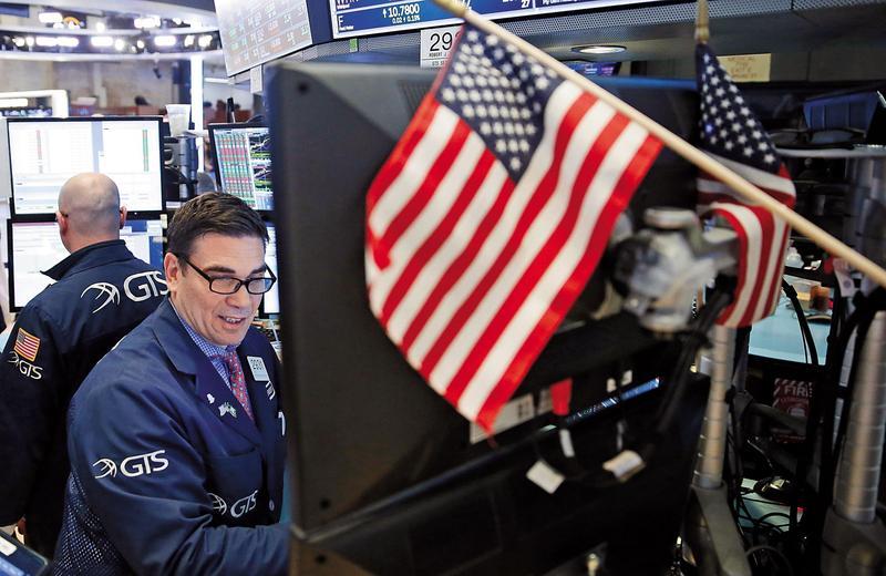 隨著股市越走越高,因為資本利得有限,近期部分標榜投資美國股票的產品,都調降配息率了。(東方IC)