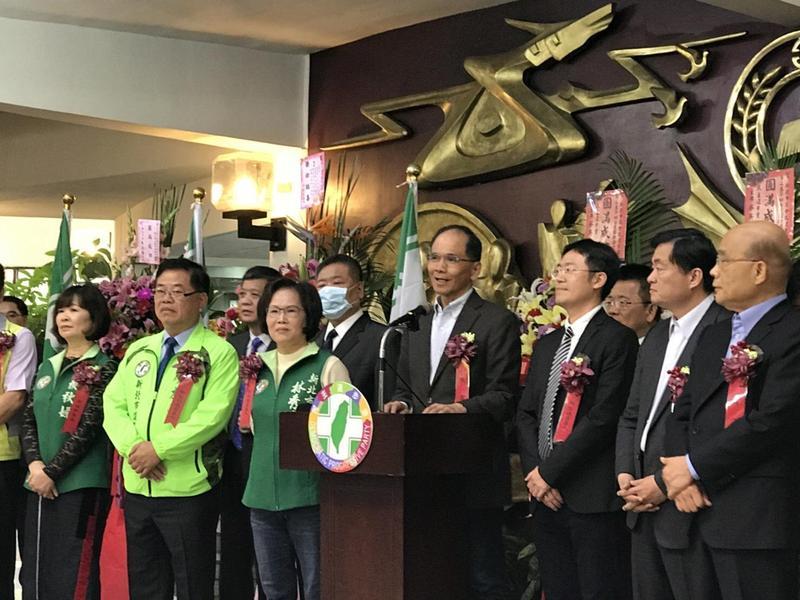 新北市議會民進黨黨團舉行幹部交接典禮,被拱「王爺出巡」、參選新北的游錫堃、蘇貞昌都到場致詞。