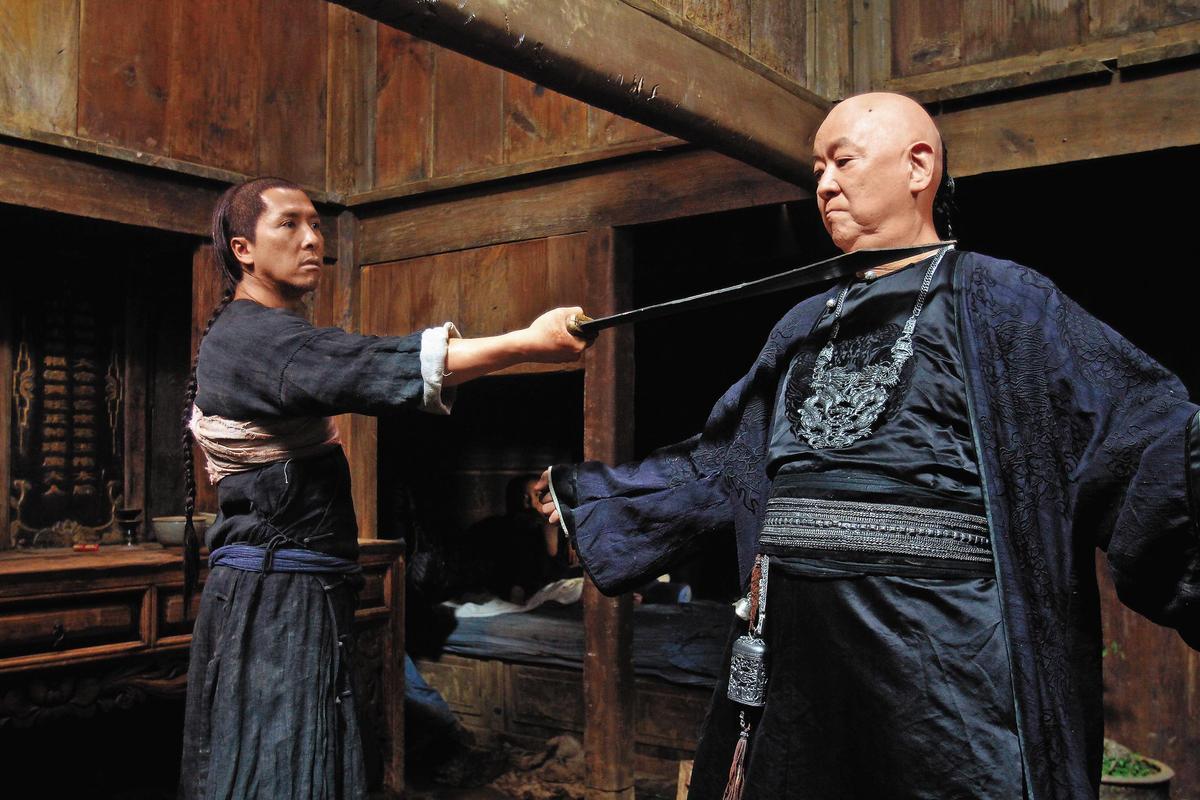 在電影《武俠》王羽(右)與甄子丹(左)的對手戲中,王羽中氣十足的喊:「我的兒子是唐龍!」經典台詞深植人心。(東方IC)