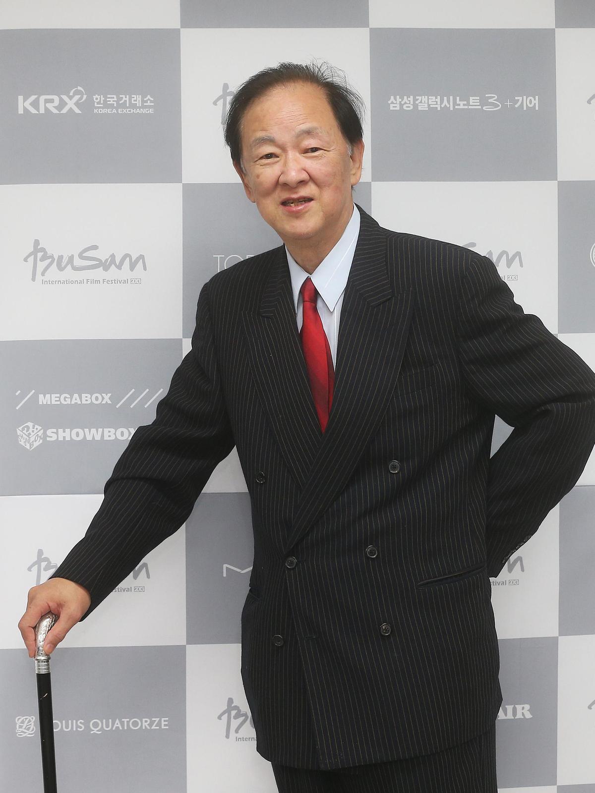 第1次中風後,2013年王羽仍可拄柺杖出席韓國釜山「亞洲明星大賞」領取最佳男演員獎。(東方IC)