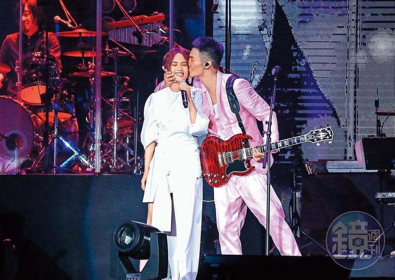 楊丞琳跟李榮浩的戀情非常公開,男的對女生曾在演唱會上擠臉強吻,最近傳出小倆口積極看房,感覺好事將近。