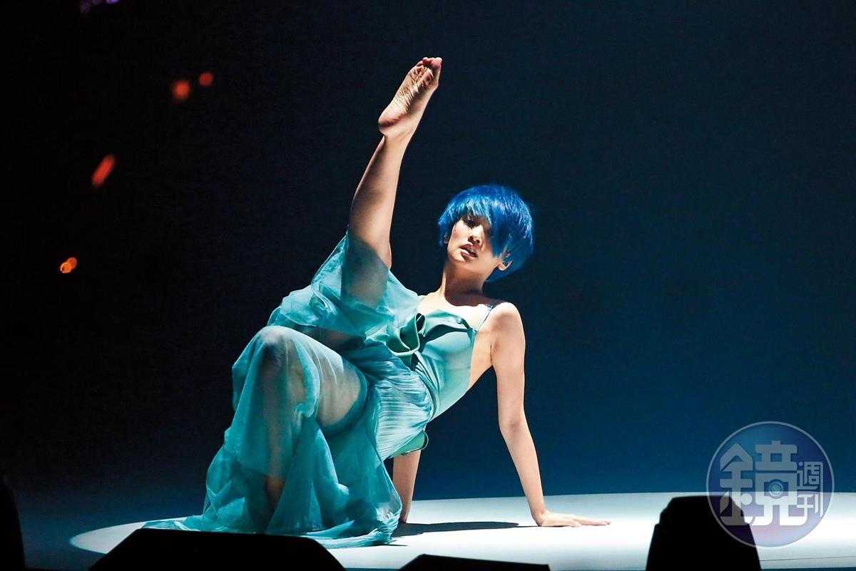 楊丞琳在演唱會上表演現代舞,現在經紀自主的她,除了作品愈來愈做自己,私事到底要放多少也隨自我掌控。