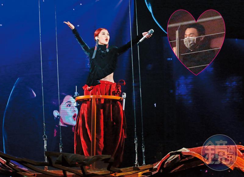 不像楊丞琳之前去李榮浩演唱會如此高調,李榮浩去楊丞琳的演唱會則相對低調,戴著口罩坐在3樓包廂,沒有模糊台上焦點。